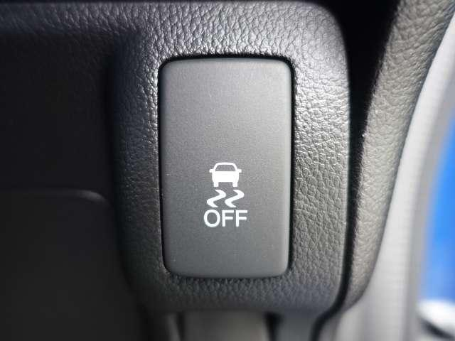 ブレーキ時の車輪ロックを防ぐABS、加速時などの車輪空転を抑えるTCS、旋回時の横すべり抑制の3つの機能をVSA【車両挙動安定化制御システム】が制御し、予期せぬクルマの動きの乱れを抑えます。