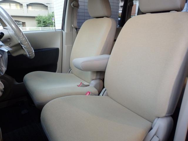 運転席から助手席側fへ、スムーズに移動できる前席ベンチシート。