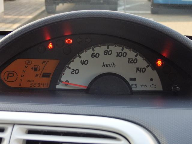 運転席側に少しオフセットさせたセンターメーターを採用!前方に向けた視線を少し移動させるだけでメーターを確認でき、安全にドライブを楽しめます!