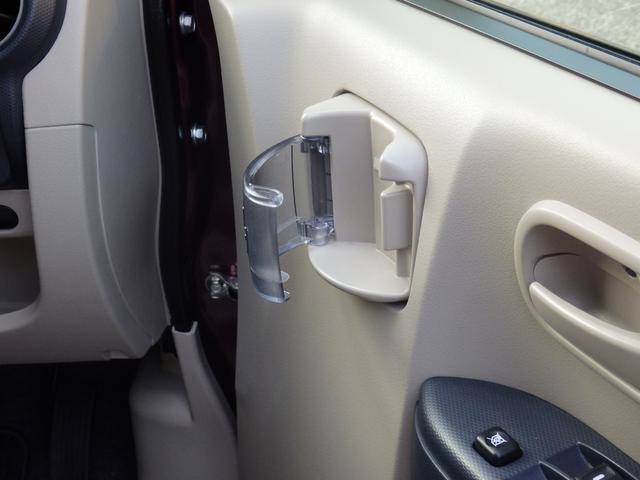 運転席・助手席・リヤドアそれぞれに、便利なカップホルダーを設置。