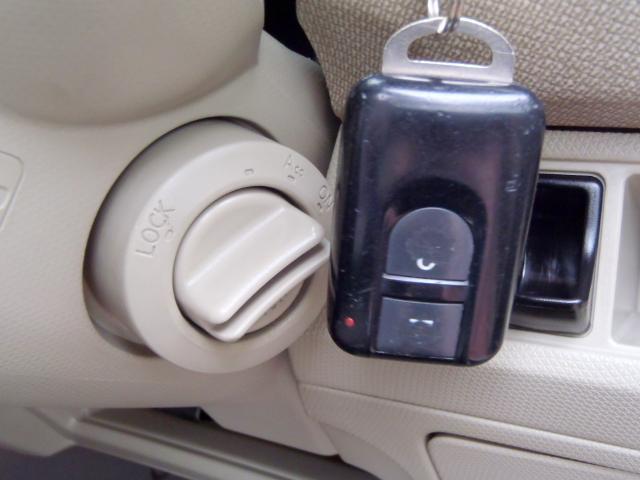 ドアロックの開閉やエンジンスタートの操作までも持っているだけで操作出来るインテリジェントキー ポケットに入れているだけなので 雨の日などや お買い物などで荷物を持っているときにとても役立