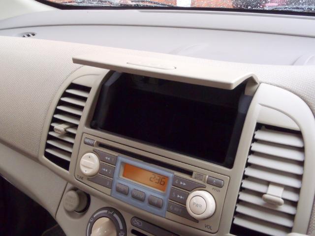 CDデッキの上側にも収納がございます。よく使う小物や、CDなども入れて置くことが出来ます。