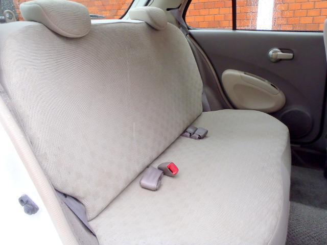 この年代のコンパクトカーとしては、分厚いリヤシートになっています!厚みがあるので、乗り心地も良く、さらに座り易いリヤシートです。