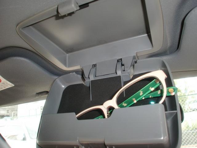 ルームミラー取付部分には眼鏡収納ホルダーが装備