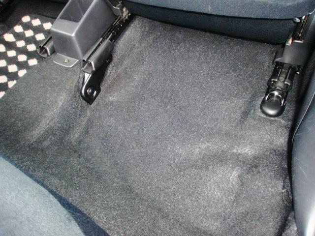 足元マットをすれば隠れてしまうフロアカーペットですが気持ちよく乗っていただく為にはここも重要なポイントですよね!