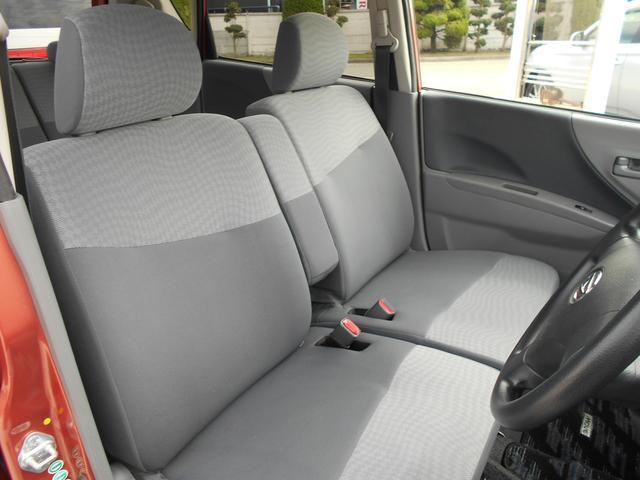 フロントシートは広々としたベンチシートで快適なドライブができます。