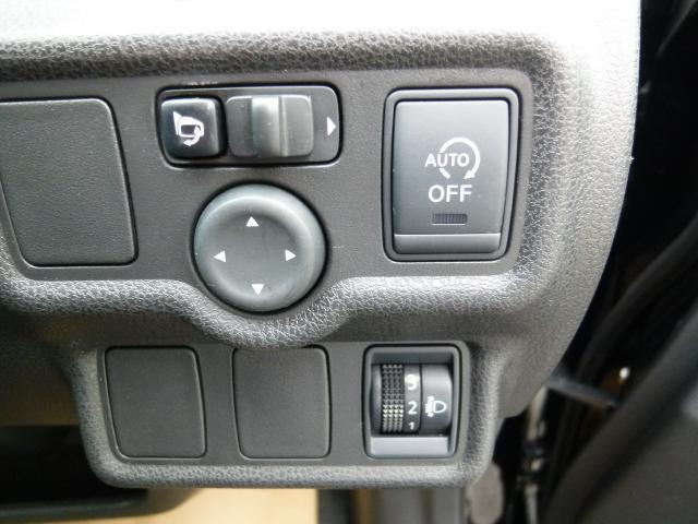 信号待ちなどでエンジンを停止してガソリンを節約してくれるアイドリングストップを採用。不要なときはこちらのスイッチでオフにすることもできます。