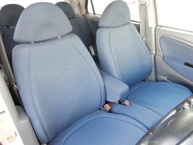 前席にはベンチシートを採用☆座面や足元にゆとりを確保しています☆