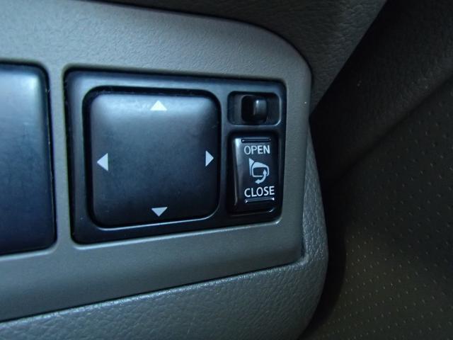 スイッチ一つで、ミラーの開閉が出来ます。すれ違いの時や、パーキングの時にこすりにくくなりますよ^^