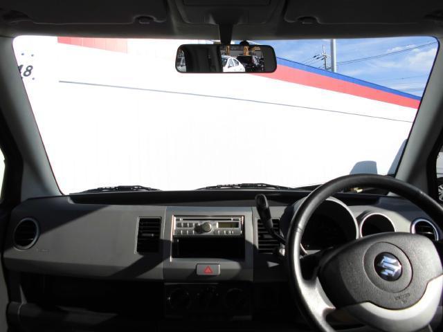 フロントガラスは軽自動車なのにこんなにも広く取られています。