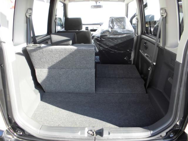 後席シートは左右独立で倒すことができます。長尺物の荷物もゆったり。
