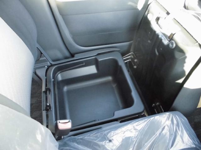 ワゴンRは助手席下に収納ボックスがあります。