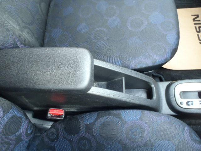 ★前席中央には肘置きにもなる小物入れがあります♪