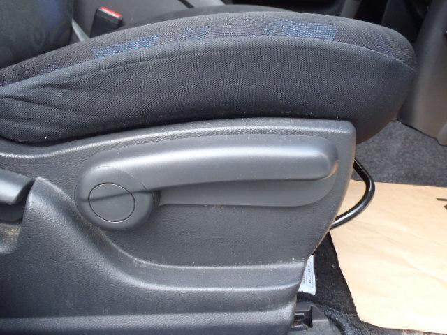 ★運転席シートは手動式のシートリフター機能を備えています♪