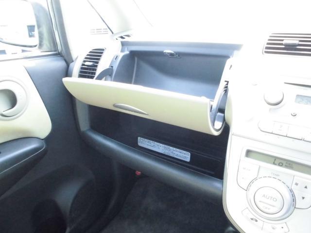 助手席小物入れ、手が届くところにあり、車内が片付きます。
