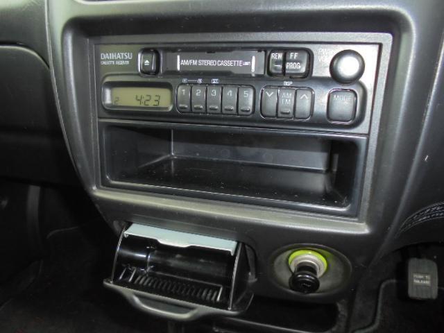純正カセットプレーヤー装備!ラジオも聞けます!
