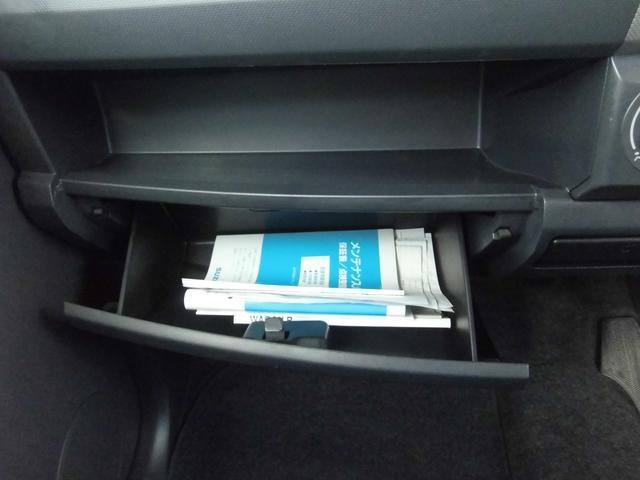 車検証等を入れたり小物を入れるのに便利なグローブボックスと小物置のスペースがあります。