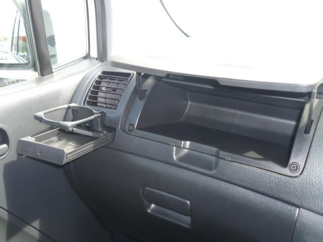 助手席の前には、便利に使える収納ボックス&ドリンクホルダー!