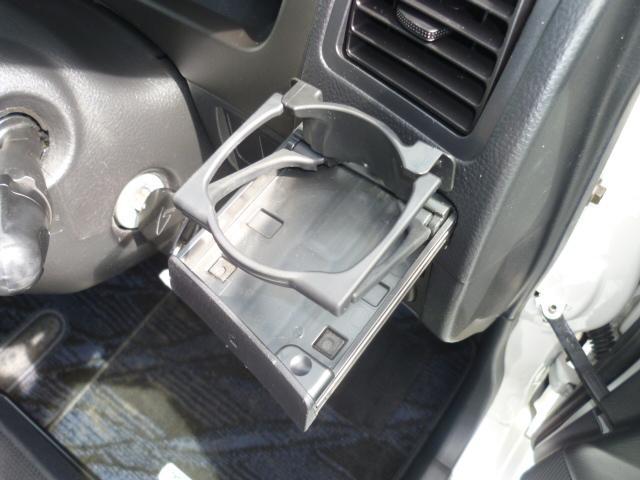 運転席にも飲み物を収納するスペースがあります!