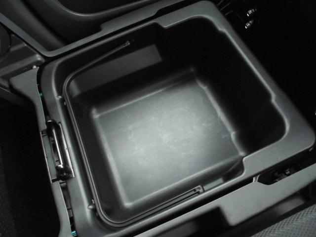 助手席下に隠されたシートアンダートレイは取り外しも可能です!