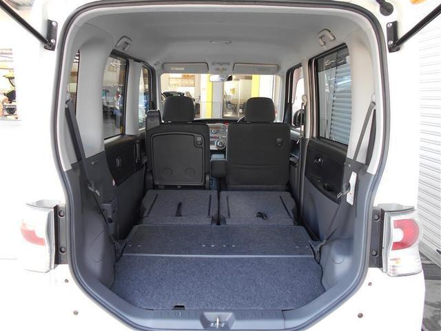 リヤシートは分割の可倒式なので、乗車人数や荷物の大きさに合わせてシートアレンジが可能です。