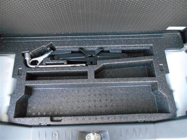 ちょっとした小物や道具を入れておくのに便利な床下面の収納スペース。