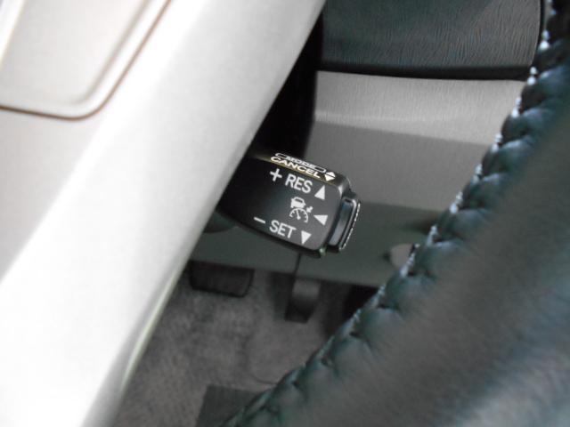 クルーズコントロール機能が付いています☆ 速度を設定するとアクセルを踏まなくても一定の速度で走ることができます♪  高速道路ではとても便利な装置なんですよ☆