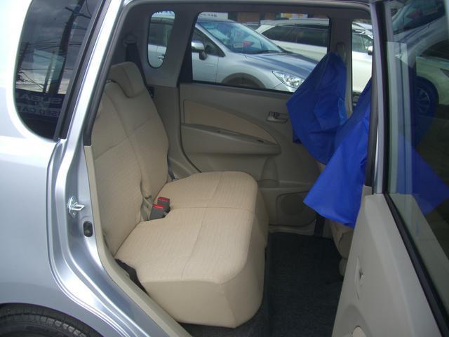 リアシートを後ろまで下げると、後席の足元がかなり広くなります。