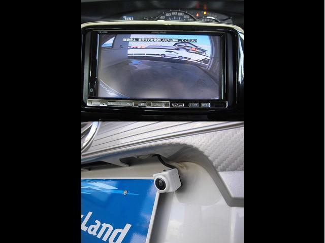 バック時の後方確認に役立つバックカメラを装備。