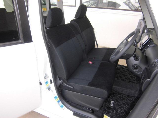 後席はスライド機能もあり、乗用車よりも広い足元スペースでゆったりくつろげます♪