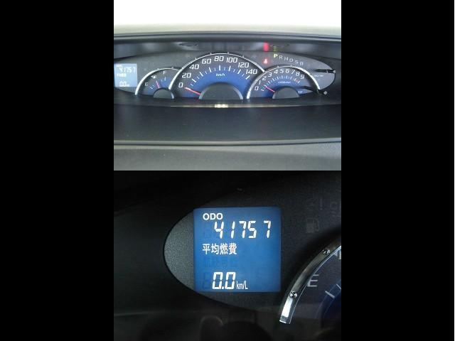 視認性のセンターメーターには平均燃費の情報も表示されます。
