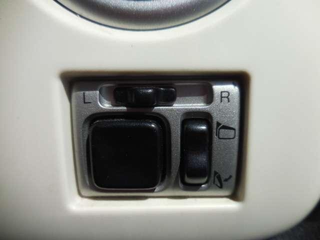 ドアミラーの角度は、備え付けのスイッチで調節可能です。手軽にワンタッチ操作OK!