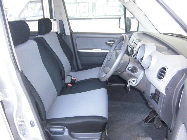 黒とグレーのツートンカラーが可愛い、ワゴンRシート。ベンチシートでゆったりとすわれます。