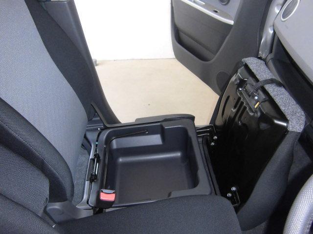 助手席のシートの下には、取り外しが可能なバスケットになっています。