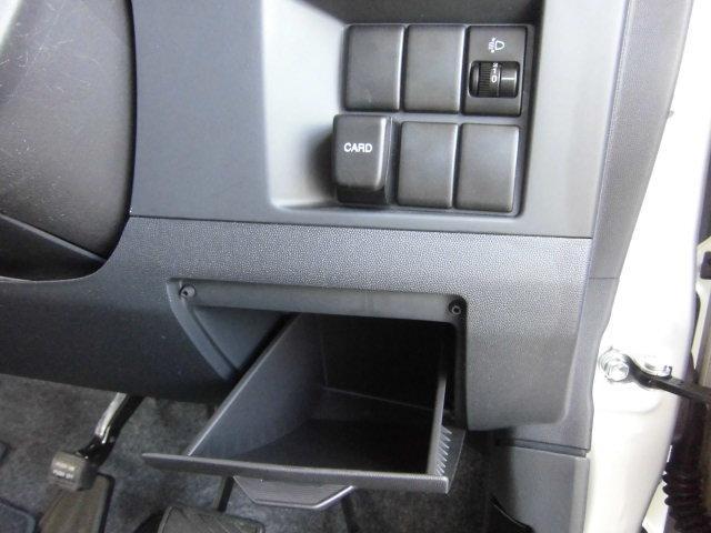 運転席側のポケットは、すぐに取り出したい物を収納するのに、持って来いです。