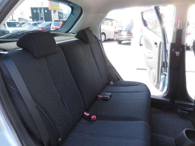 後席のヘッドレストは、形が鞍型(L字型)になっていますので、後方視界の妨げになりにくくなっています。