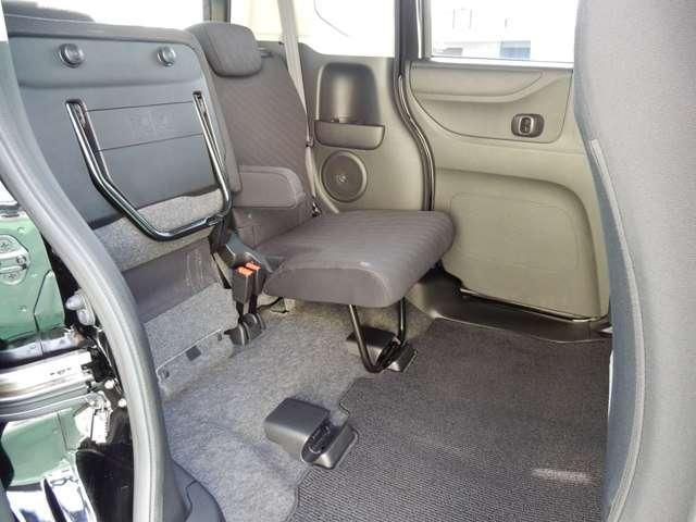 後席の座面をはねあげれば、背の高い荷物もOK!ラゲッジルームも同時に使え、積み分けにも便利。左右片側だけのアレンジもできますよ。