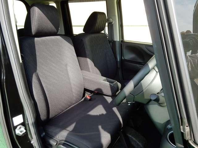 運転席と助手席は足元の床がつながっていますので自由に行き来できますよ。駐車場が狭いなど壁に対しどうしても運転席側にピッタリに駐車せざるを得ない場合でも助手席側から乗り降りできて便利です。