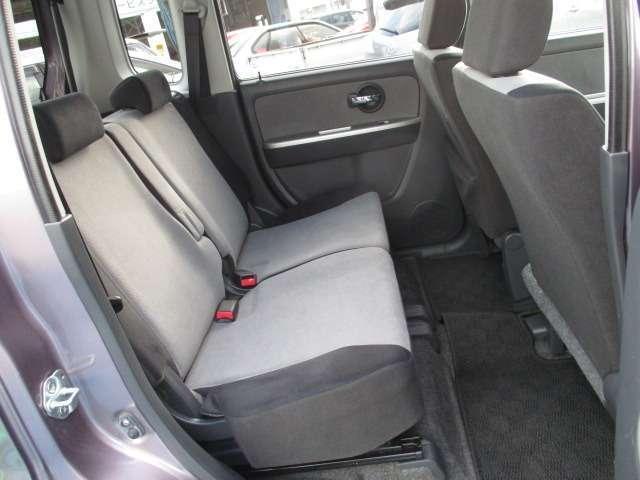 ドアの開閉角度も大きく乗り降りが楽にできて、リヤシートも広く乗れます 足元も広いです。