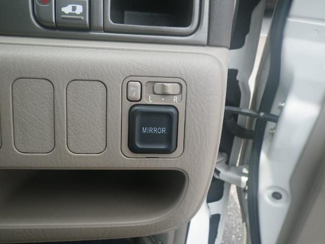 電動格納ミラーのスイッチです。