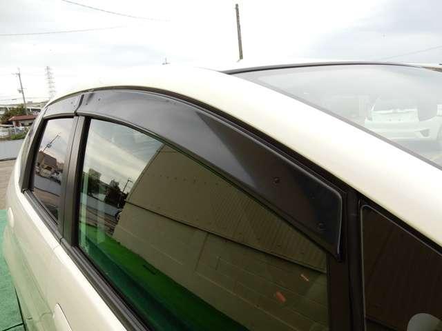 ドアバイザーが装着されています。これがないと雨の日に窓を開けることが出来ず車内の換気が不充分になります。おタバコを吸われる方には必須アイテムです。