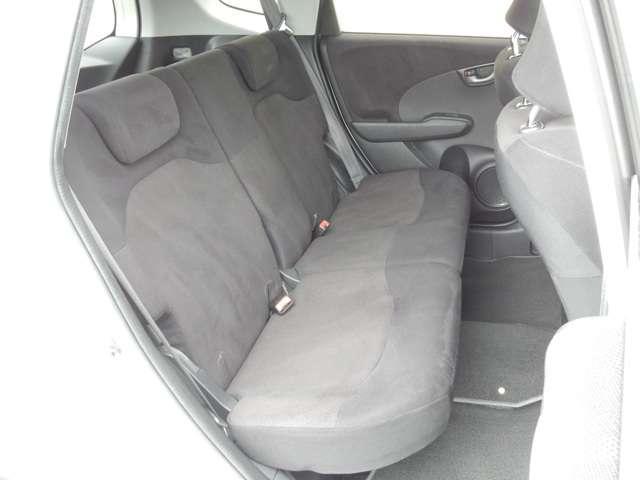 2列目シートもゆったり快適に座っていただけますので、後部座席にお乗りの方も楽しくドライブに参加していただけます。チャイルドシートの取り付けにも対応していますので安心です。