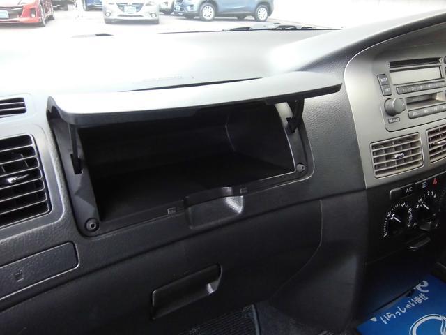 助手席前には、便利な小物入れがあります。