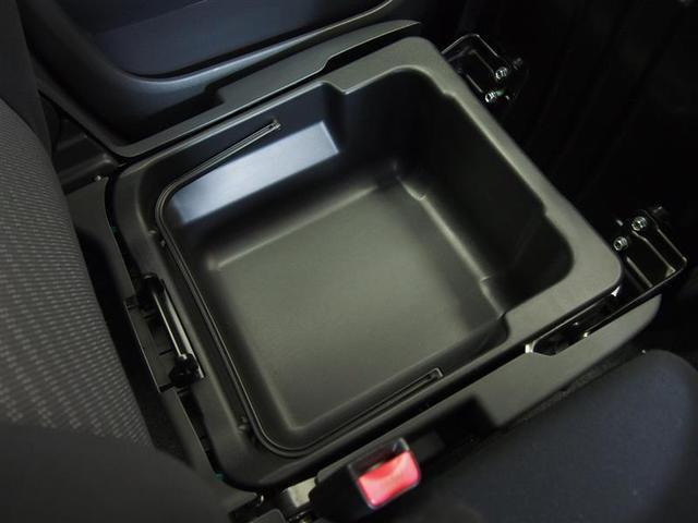 助手席のシート下にも小物入れがあり、重宝します。