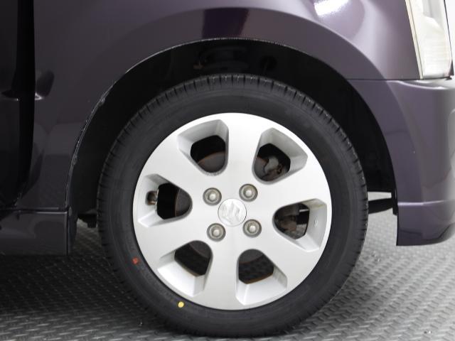 純正のアルミホイール装着で車の足元もカッコ良くキマっています。