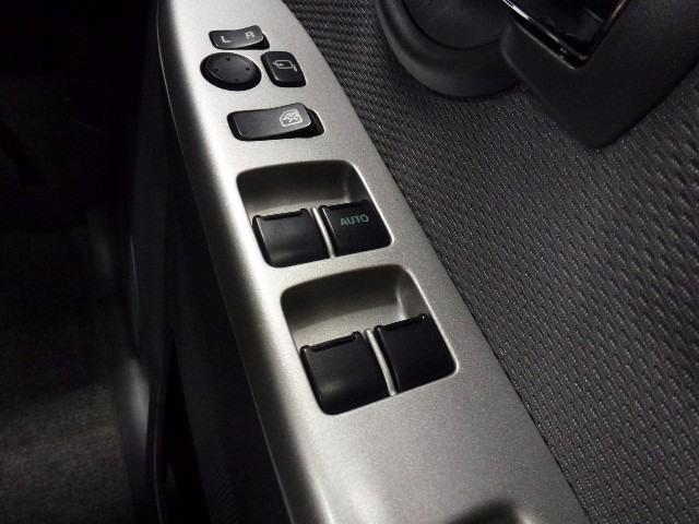パワーウィンドウのスイッチです。 運転席に居ながら助手席の窓を開け閉めできるので便利ですよ。 ロック機能も付いてるので子供がイタズラして窓を開けるという事もできなくできますよ。