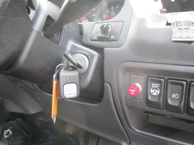 赤いボタンはプッシュスタートエンジンスイッチに改造しています。