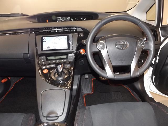 運転席周りは、ドライバーの使い勝手を考慮したレイアウトになっております♪またナビゲーションも綺麗に装着されています。