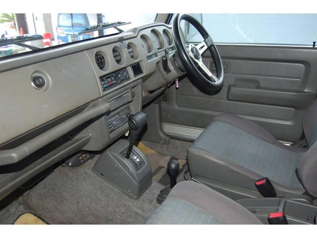 スッキリの綺麗な内装です!下取り車・オークション仕入れ関わらず隅々まで内装チェック致しており足元まですっきり。