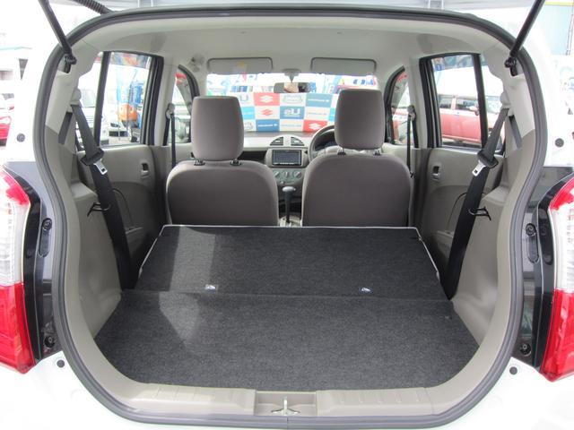 後部座席を前方に倒すと 広い荷室スペースとしても使えます